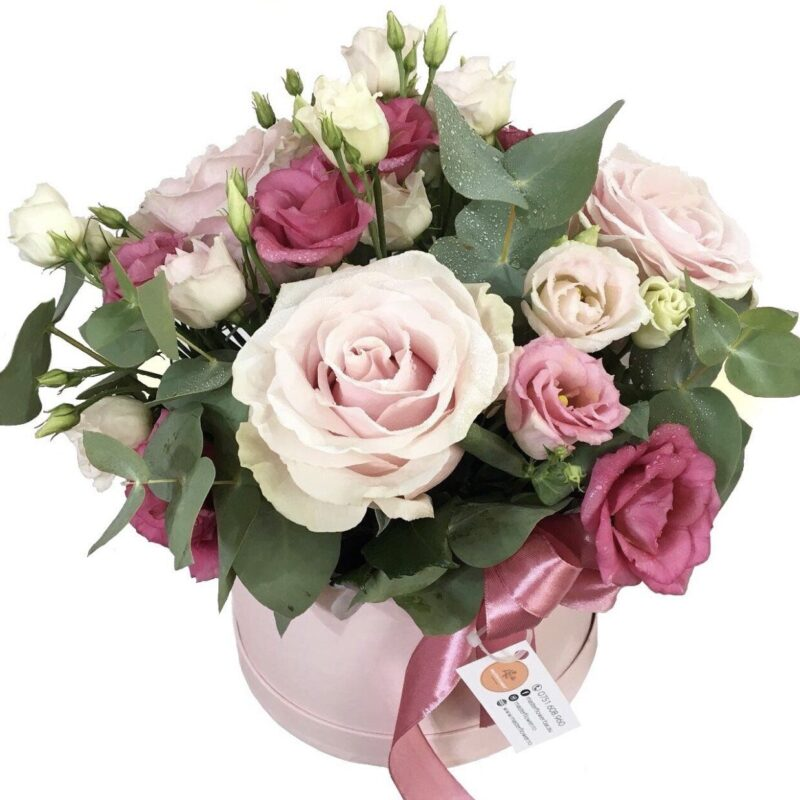 Aranjament cu trandafiri in cutie roz