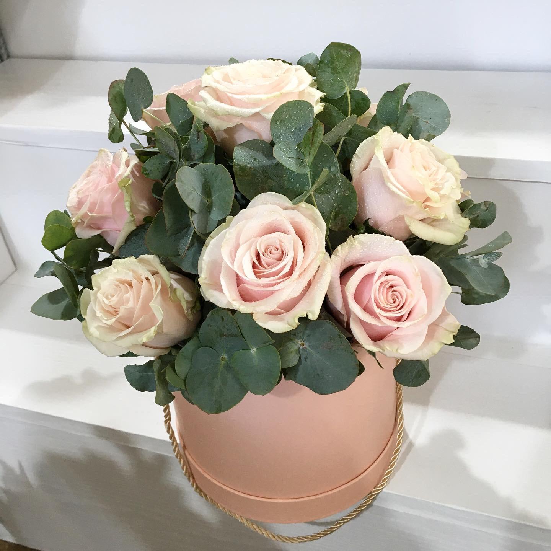 Aranjament floral cu trandafiri roz in cutie rotunda