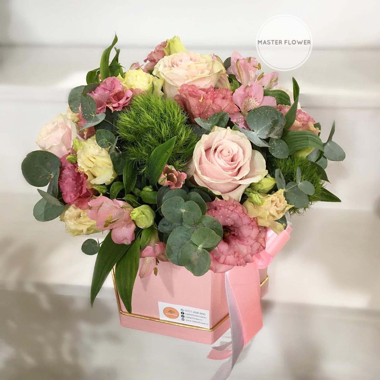 Aranjament floral cu trandafiri roz in cutie