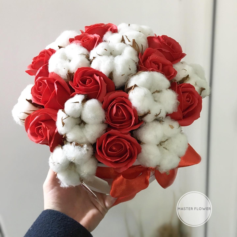 Aranjament cu trandafiri de sapun si flori de bumbac