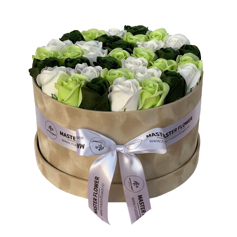 Aranjament cu trandafiri de sapun verzi in cutie beige de catifea