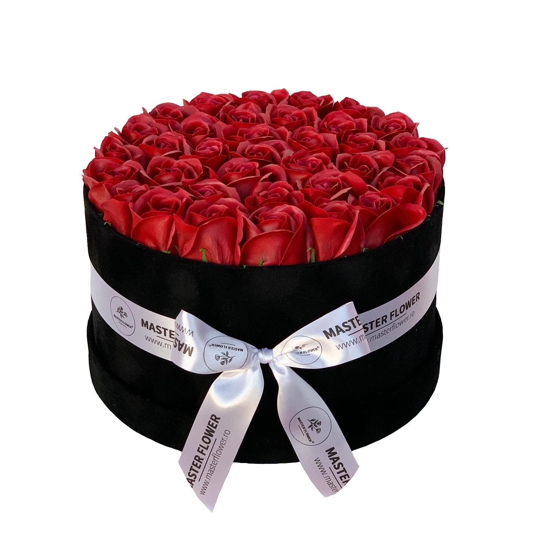 Aranjament cu trandafiri rosii de sapun in cutie neagra de catifea