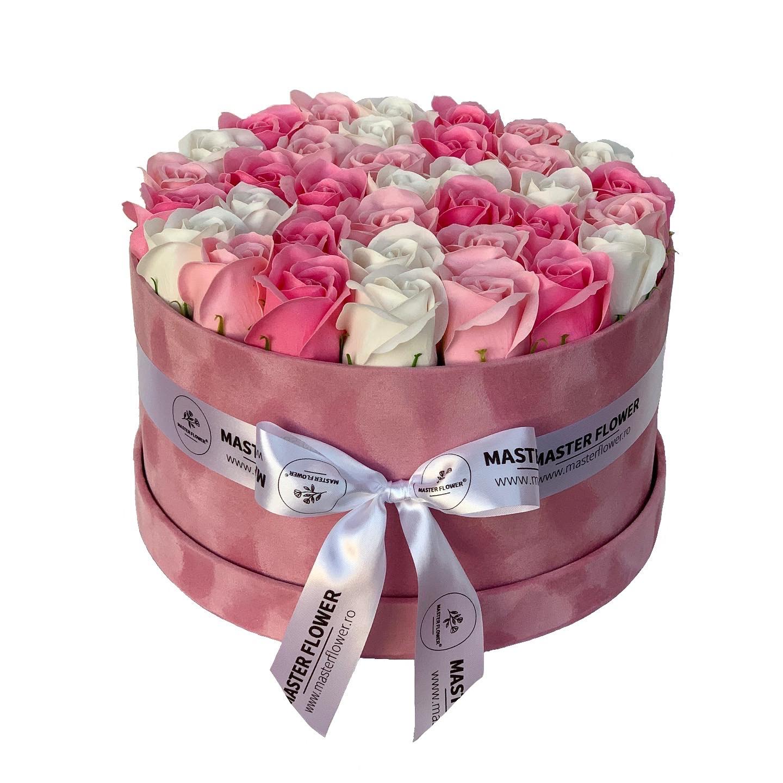 Aranjament cu trandafiri de sapun in cutie roz de catifea