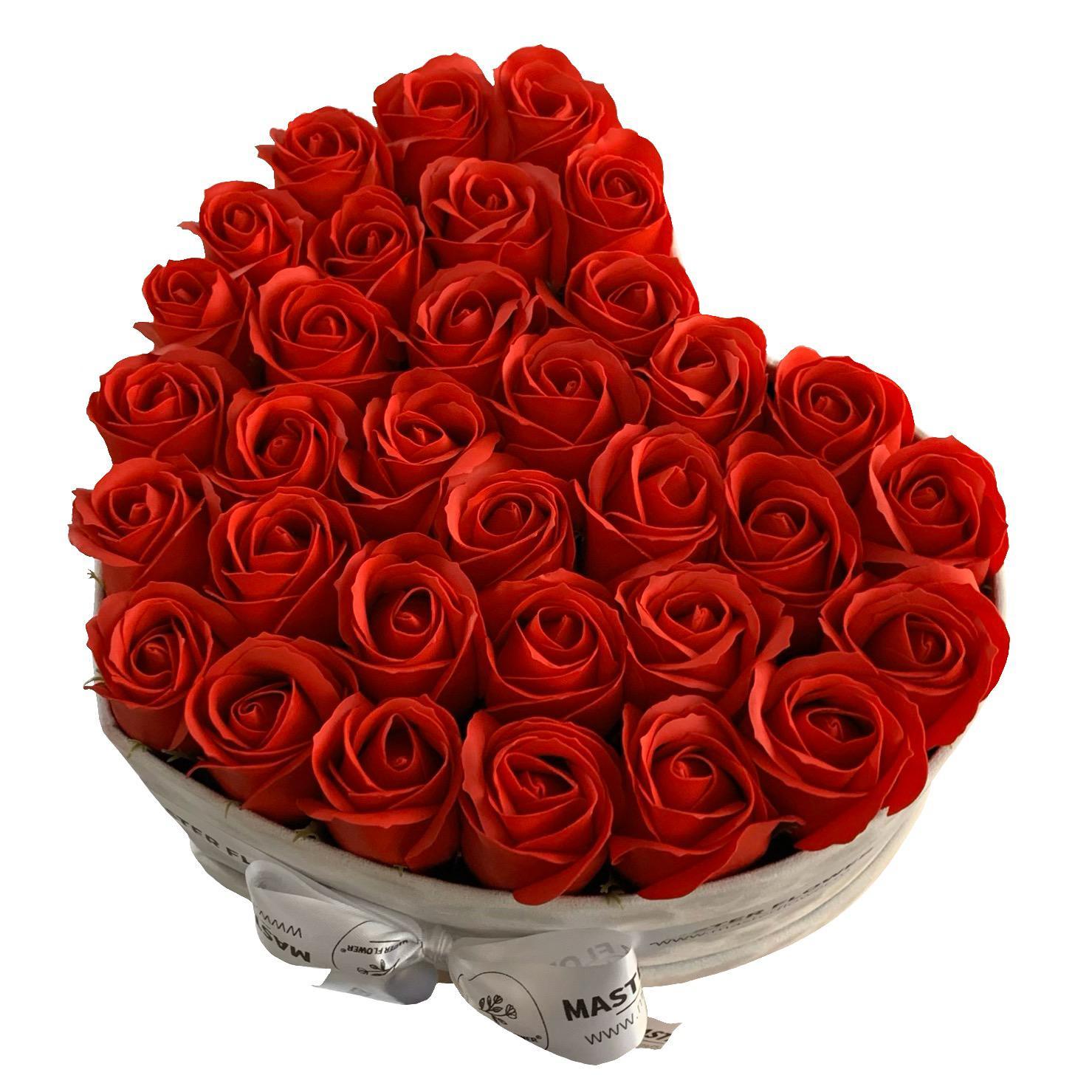 Aranjament in forma de inima cu trandafiri rosii de sapun