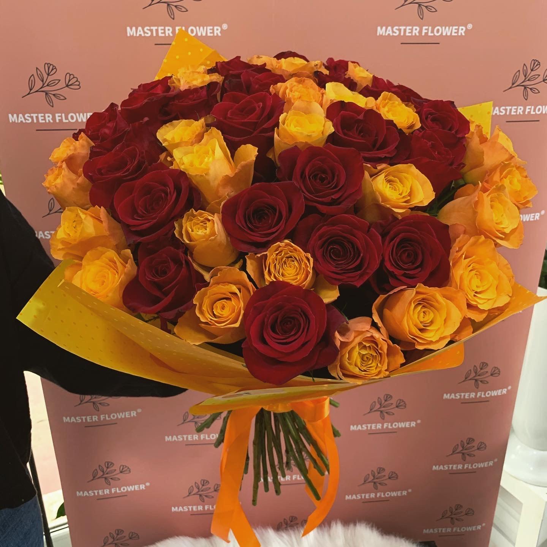 Buchet cu 51 trandafiri rosii / portocalii