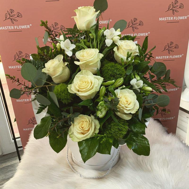 aranjament floral business cu trandafiri albi bacau