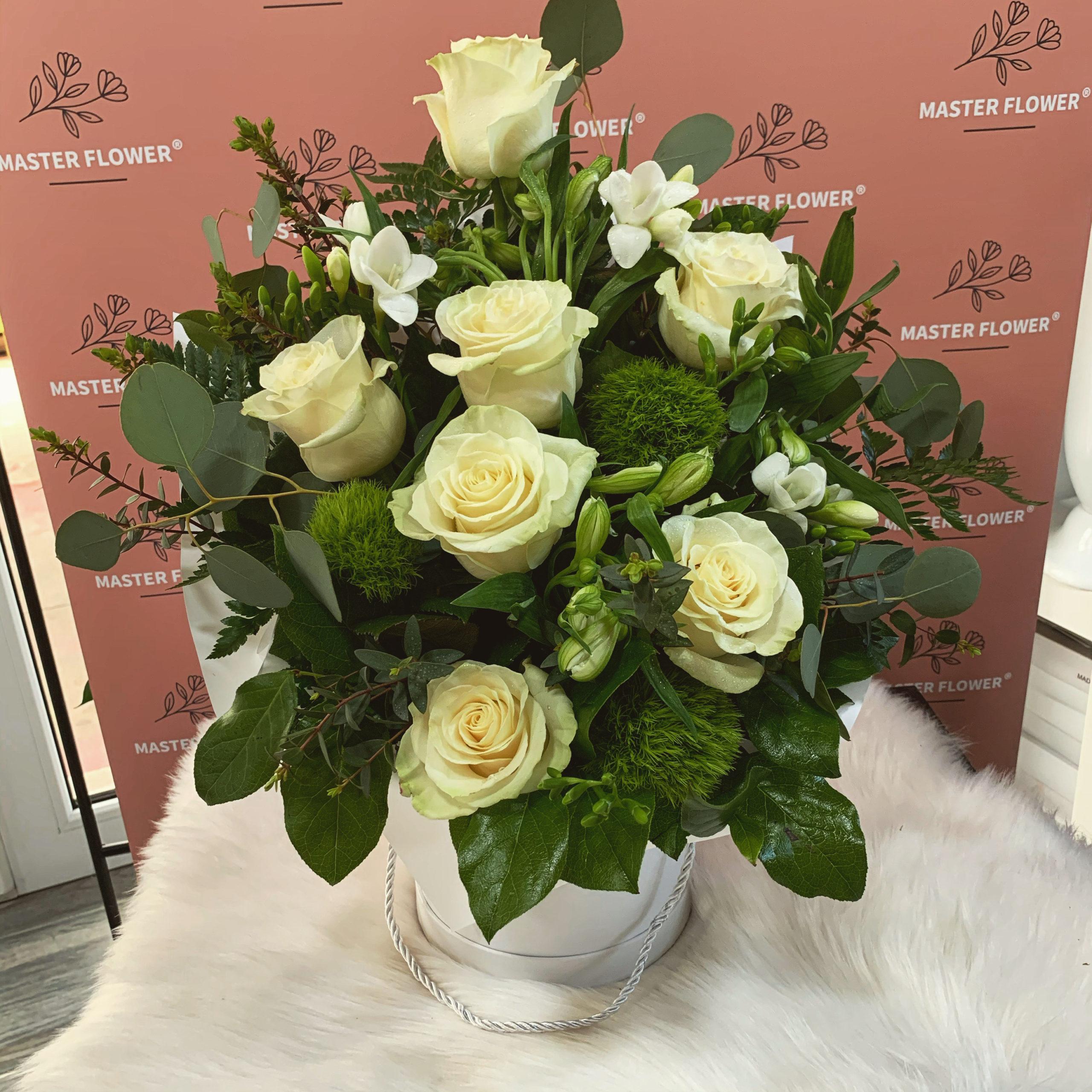 Aranjament floral business cu trandafiri albi