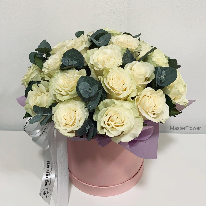 Aranjament floral cu 25 trandafiri