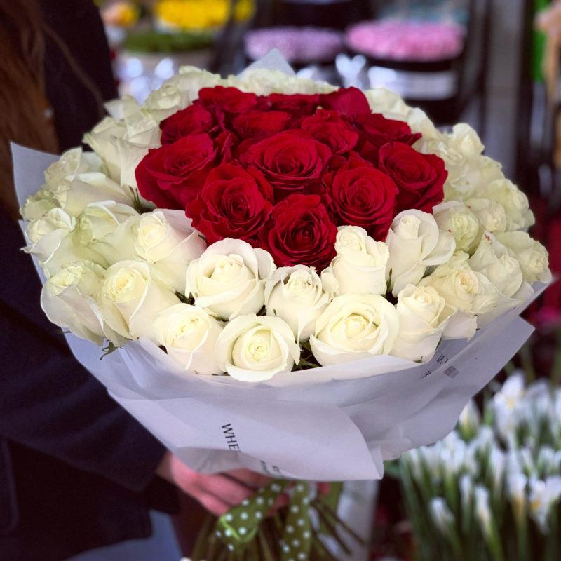buchet 53 trandafiri rosii si albi