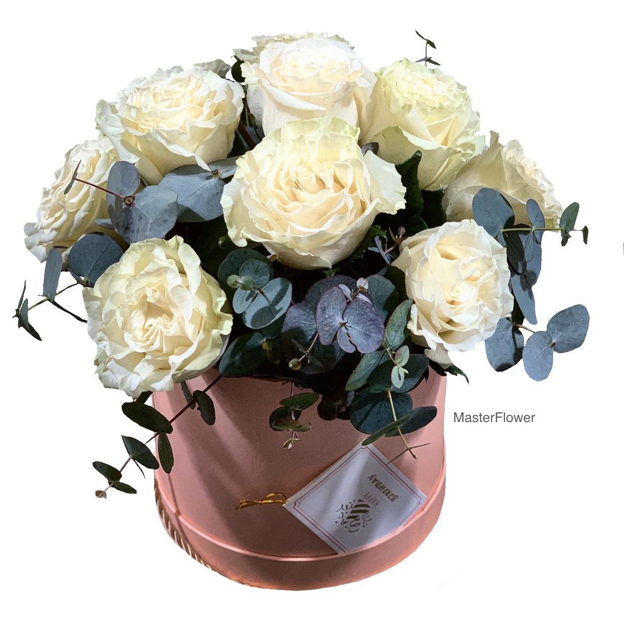 Aranjament floral mixt cu trandafiri albi