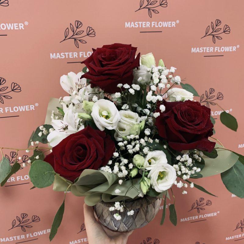 Aranjament cu trandafiri rosii, eustoma aba, alstroemeria si verdeata decorativa