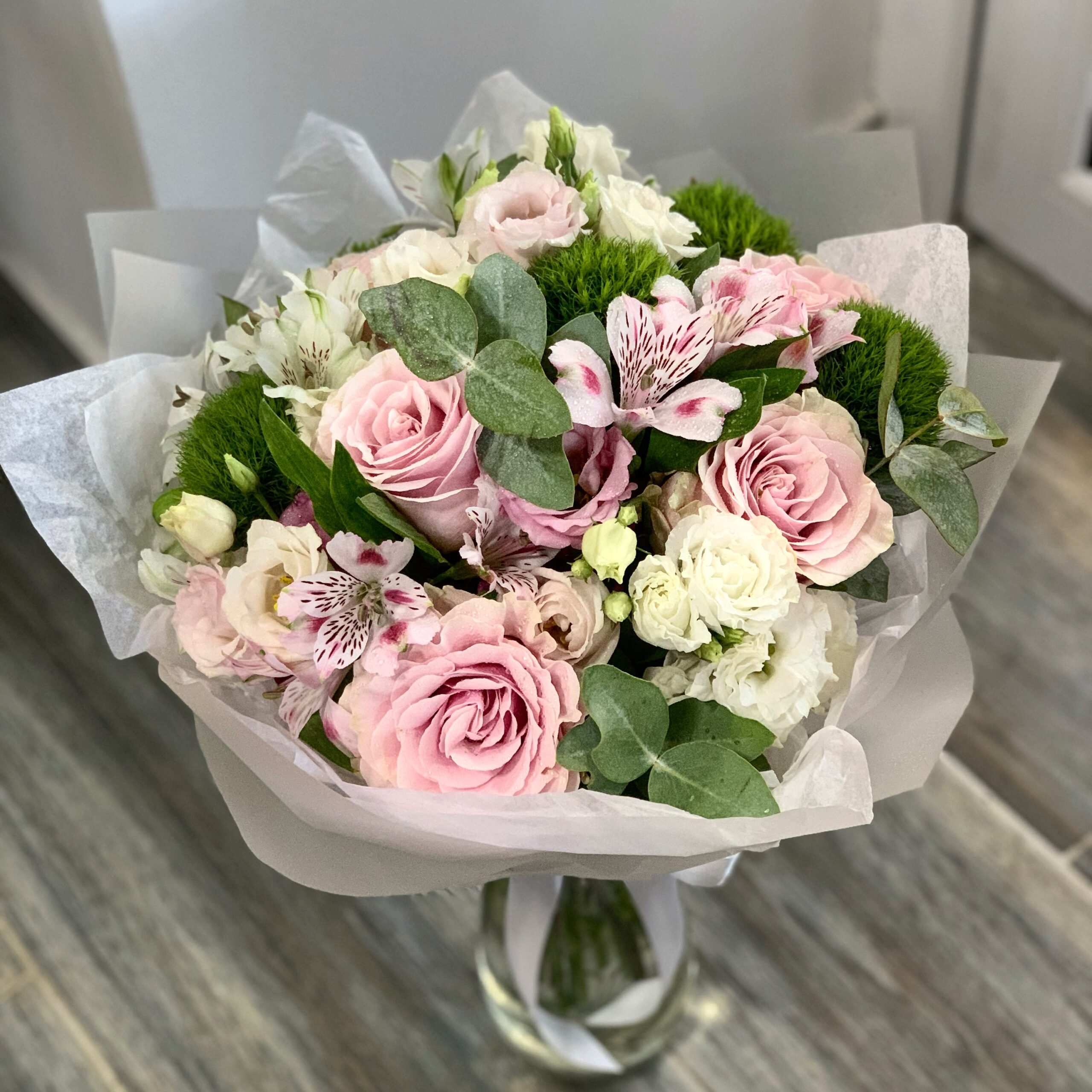 Buchet mare de flori cu trandafiri