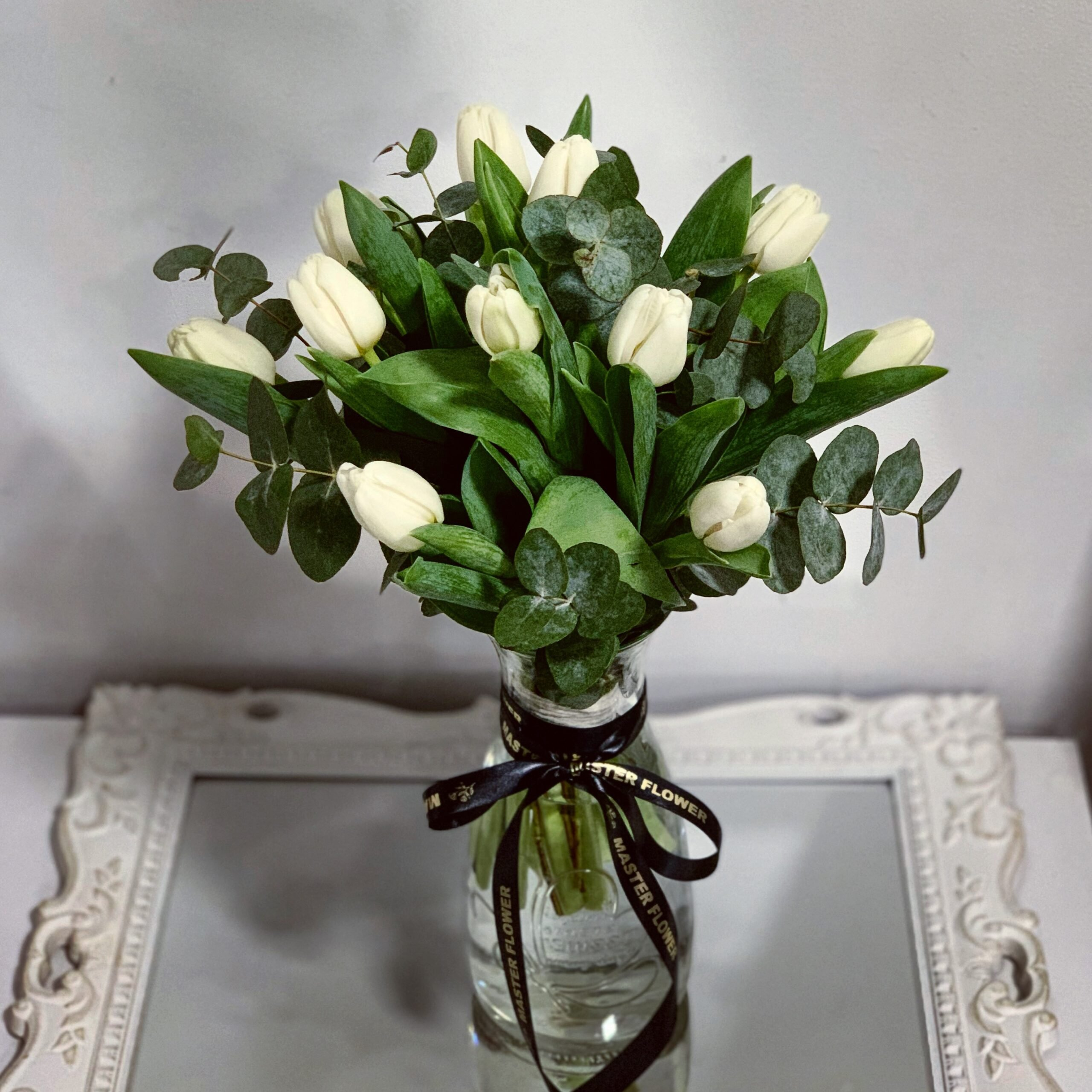 Buchet 11 lalele albe si cinerea