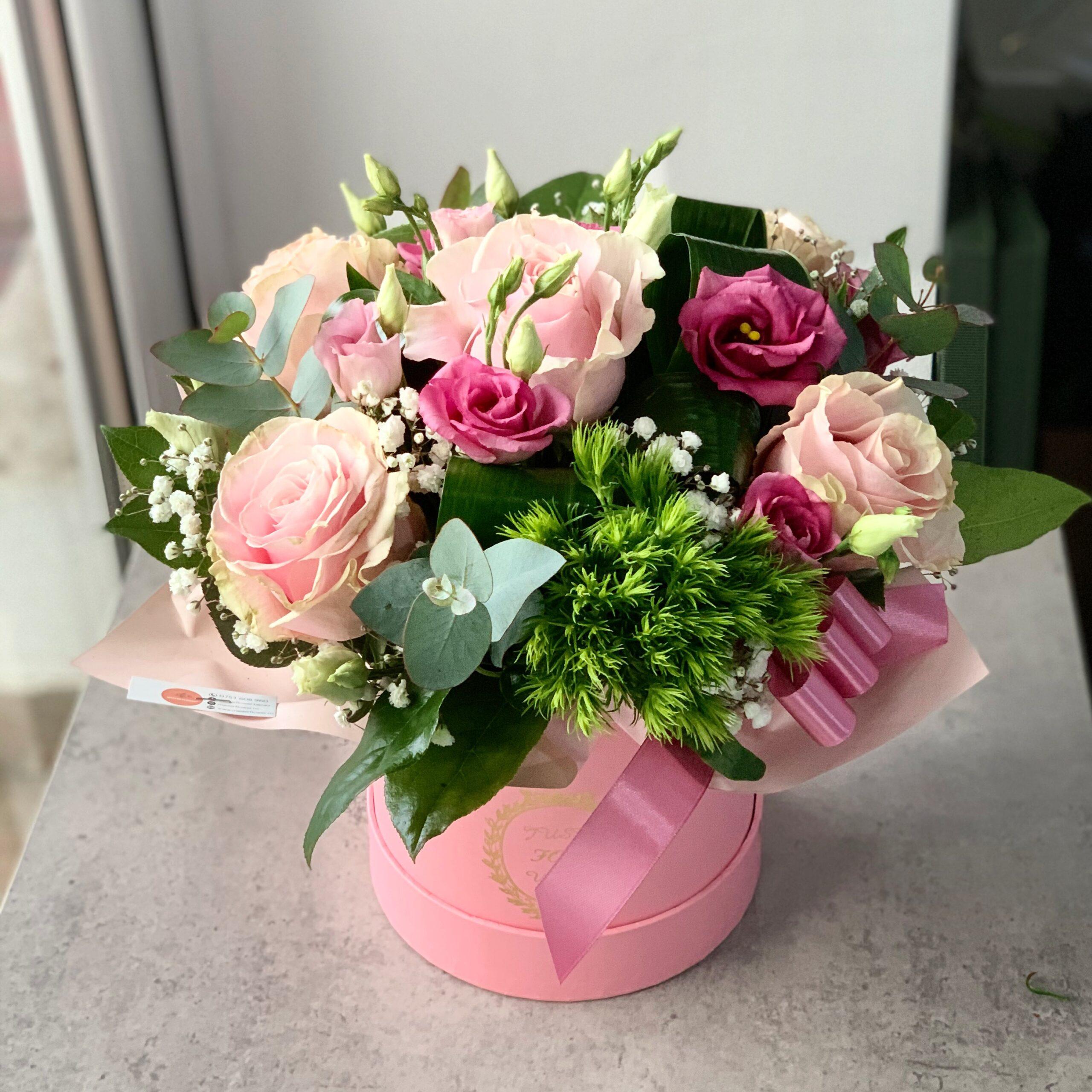 Aranjament cu trandafiri roz in cutie roz
