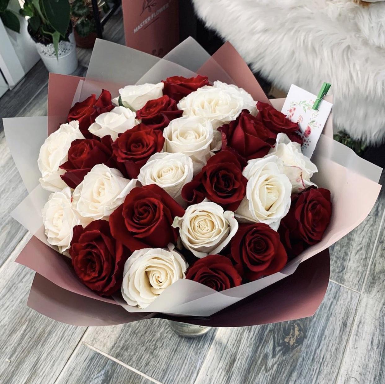 Buchet 25 de trandafiri rosii si albi