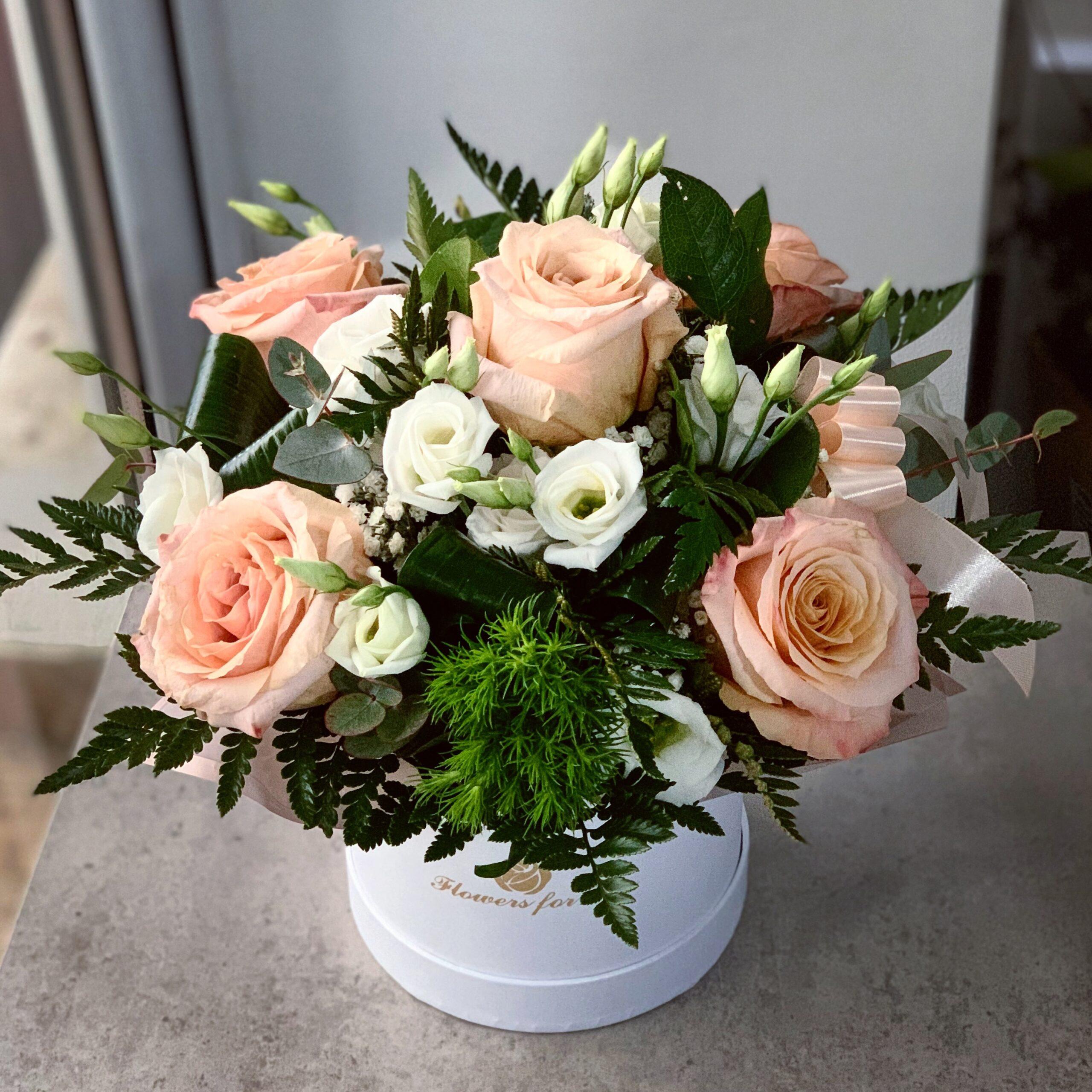 Aranjament cu Trandafiri Shimmer in Cutie Alba