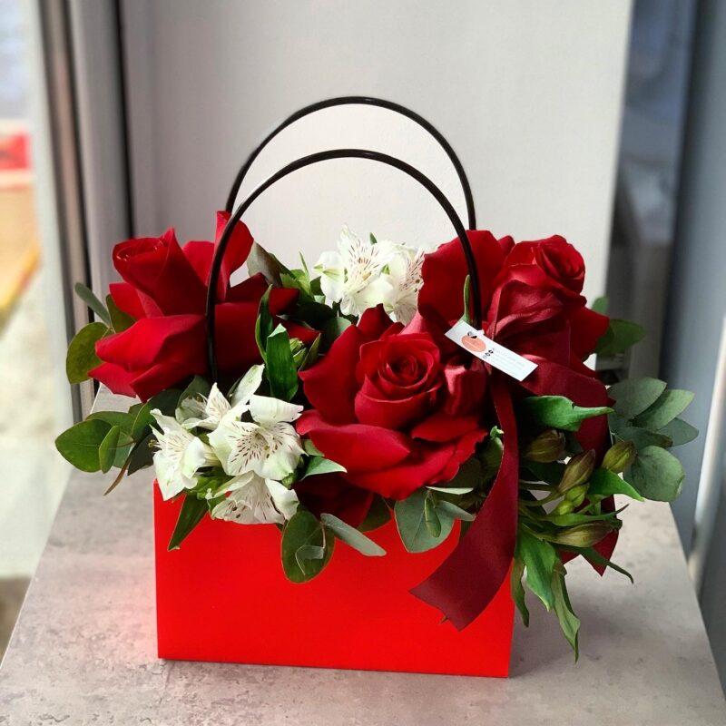 Aranjament tip poseta cu trandafiri
