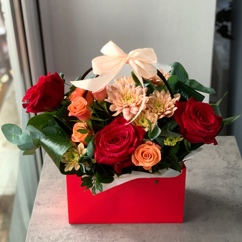 Aranjament tip poseta cu trandafiri rosii